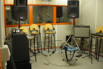 Sala prove e studio di registrazione collegato.
