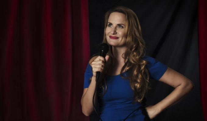 L'attrice Laura Formenti con microfono su palcoscenico